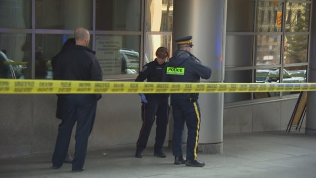 Metcalfe Street was closed between Queen and Wellington streets in Ottawa after an RCMP officer was found shot inside a downtown building. One lane has since reopened.