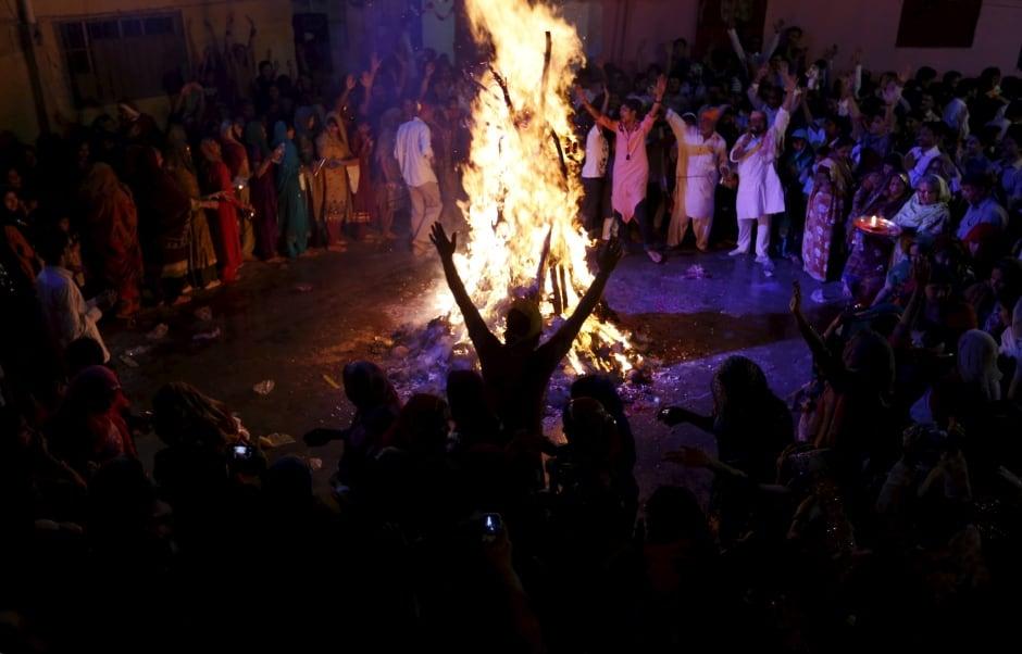 Holi 2016 PAKISTANI Hindus have a bonfire March 23