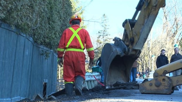 Vehicles were not allowed to cross the Île Bigras bridge after a citizen informed authorities about a sinkhole.