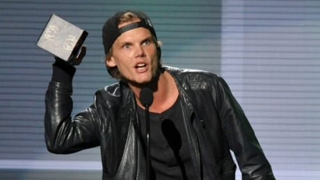 Swedish DJ Aviici accepts award