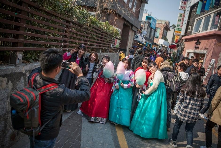 South Korea hanbok dress resurgence March 2016 Samcheongdong