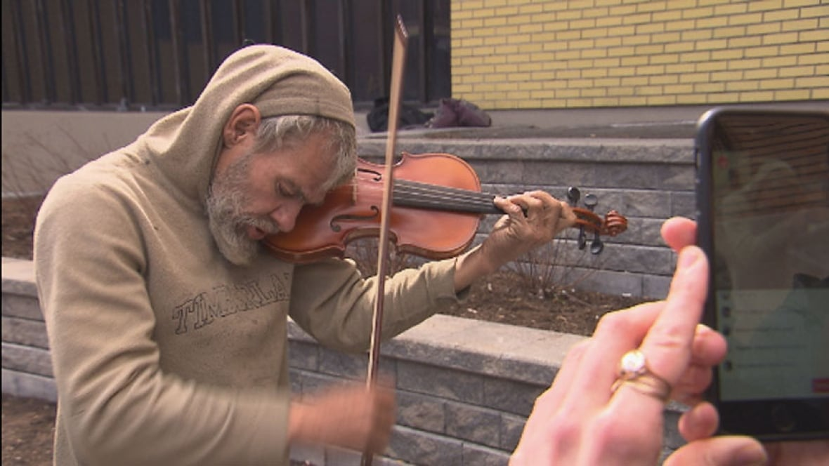 Homeless man gifted new violin after reporting his old one ... | 1180 x 664 jpeg 85kB