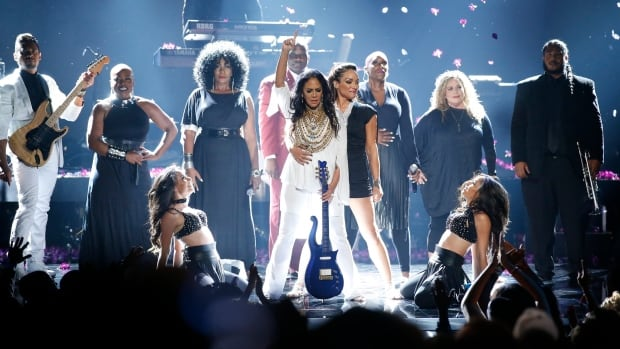 Beyonce opens up 2016 BET Awards with a bang