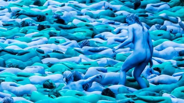 art au naturel volunteers strip down in u k new york for mass art