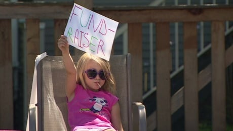 7-year-old girl sets up lemonade stand to fundraise for single mom with cancer