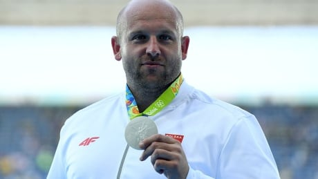 Discus thrower sells Olympic medal to help 3-year-old with eye cancer