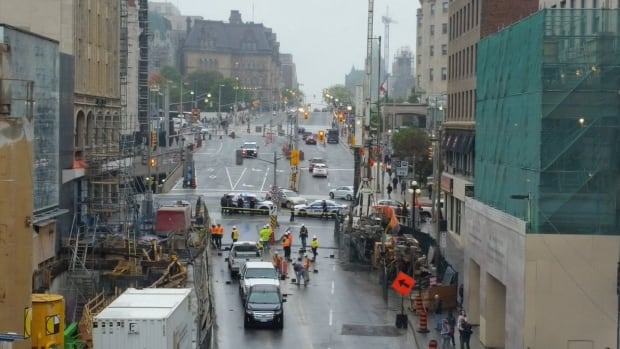 rideau street closes to traffic after construction work opens hole in road ottawa cbc news. Black Bedroom Furniture Sets. Home Design Ideas