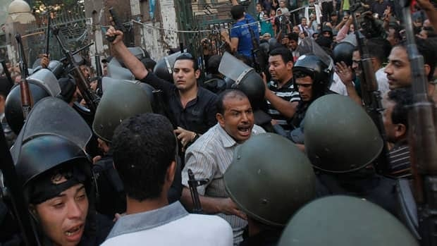Clashes continue in Egypt, 800 dead