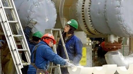 hi-oil-refinery-workers-852-ap-738201