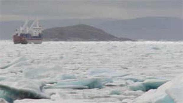 mi-iqaluit-sealift-ice