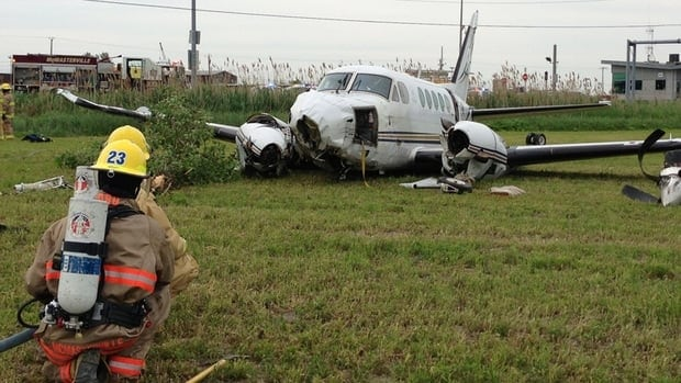 A twin-engine airplane crashed Monday afternoon near the airport of St-Mathieu-de-Beloeil, injuring four people.