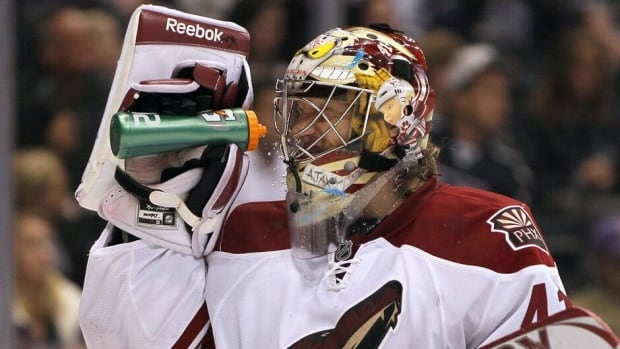 Mike Smith re-signed with the Phoenix Coyotes for six more years on Monday.