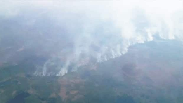 An aerial photograph of fires in northern Quebec that stretch for about 100 kilometres.