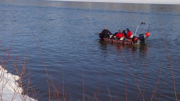 Saskatoon's water and dive rescue teams search the river for a 60-year-old man. (Peter Mills/CBC)
