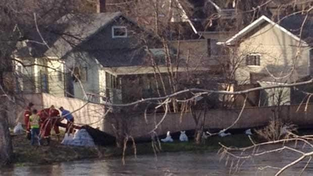 High water levels on the Swan River have prompted crews to place sandbags around some homes on Tuesday.