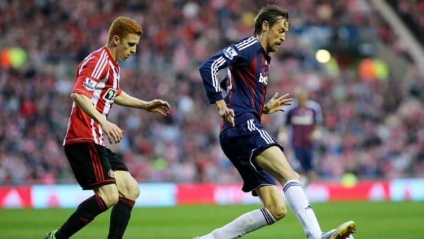 Stoke City's Peter Crouch, right, vies for the ball with Sunderland's Jack Colback during their match at the Stadium of Light, Sunderland, England, Monday.