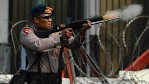 si-indonesia-police-gas