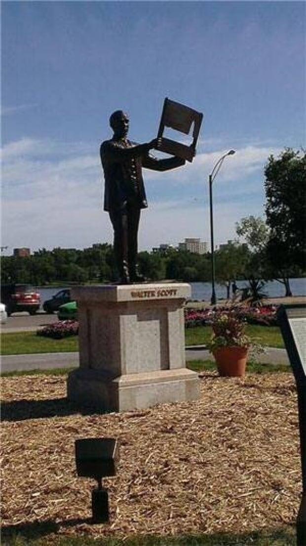 mi-walter-scott-statue