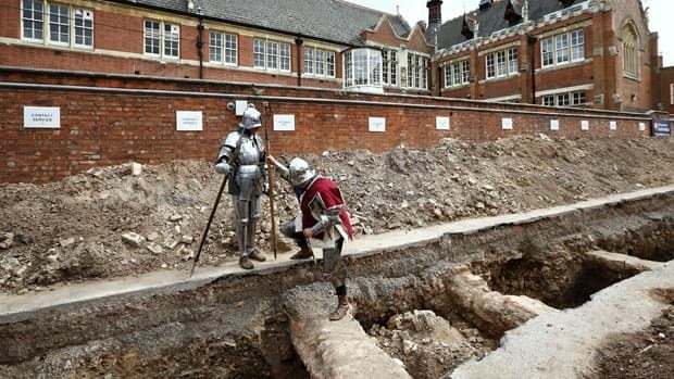 Actors dressed as knights look where archaeologists found skeletal remains of King Richard III in Leicester, England, September 12, 2012.