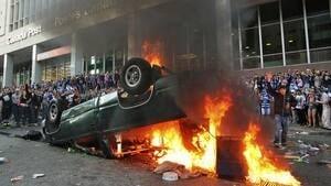 hi-burning-car-rioters-852--4col