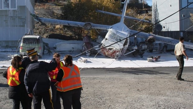 A Transportation Safety Board report into the crash of an Arctic Sunwest Twin Otter in  Yellowknife in 2011 says a total of 10 seconds passed between its aborted landing on Yellowknife Bay and the plane's impact on McDonald Drive.