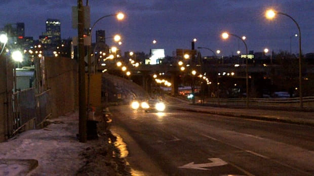 Cars ease through the St-Jacques exit in Notre-Dame-de-Grâce early Wednesday morning.