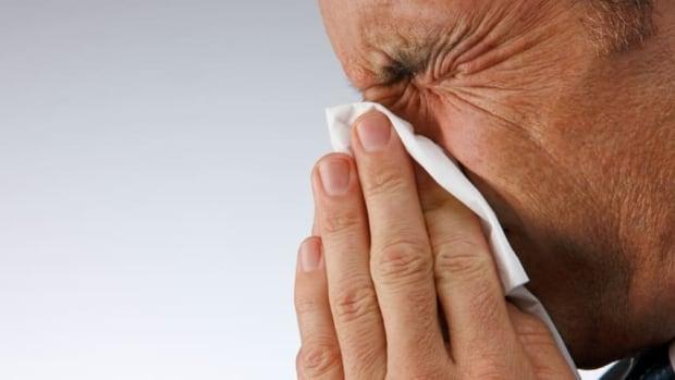 hi-istock-cold-flu-sneezing-852