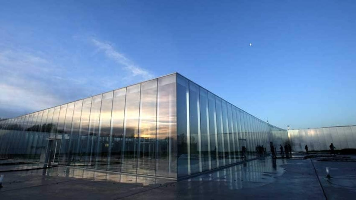 Louvre satellite sets out to transform french mining town for Louvre lens museo