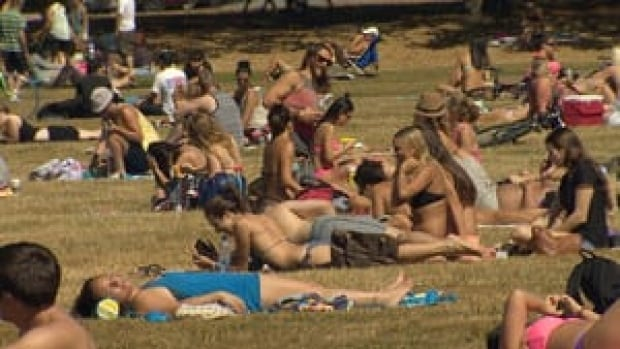 hi-bc-130727-dry-spell-vancouver-brown-grass-sunbathers-1-4col