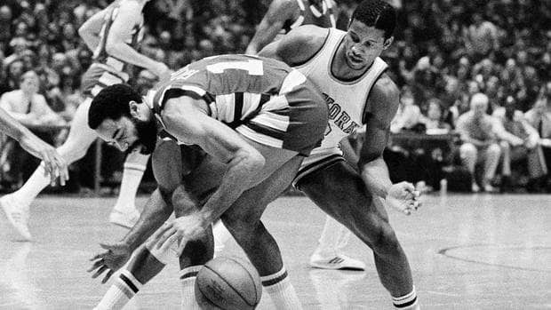 In this Oct. 25, 1977 file photo, Cleveland Cavaliers' Walt Frazier, left, and New York Knicks' Ray Williams vie for the ball during a game at New York. Williams, the former Knicks guard who averaged 15.5 points and 5.8 assists in 10 seasons in the NBA, died Friday.