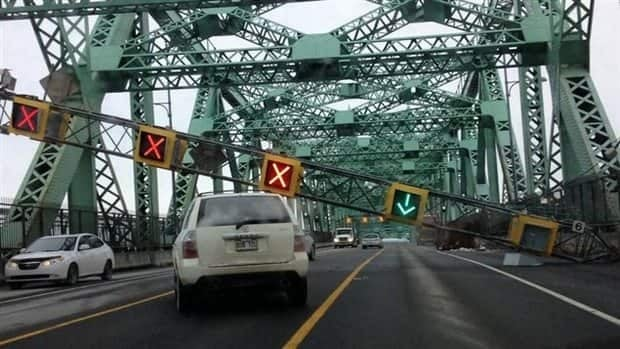 A fallen road sign on the Jacques-Cartier Bridge had forced authorities to shut it down for more than four hours.