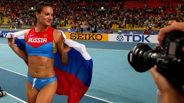 Russia's Elena Isinbaeva won her third world championship on Tuesday in front of an appreciative crowd at Moscow's Luzhniki Stadium.