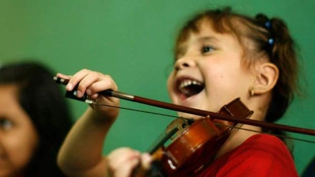 hi-852-girl-violin-rtx79p9