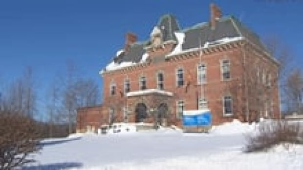 nb-hampton-court-house-winter