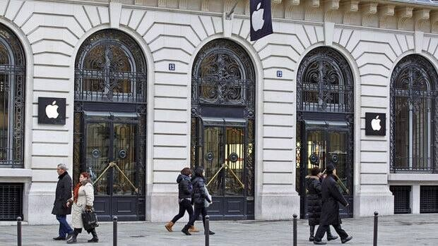 A robbery took place at this flagship Apple store behind the Paris Opera house on New Year's Eve, a few hours after the store closed.