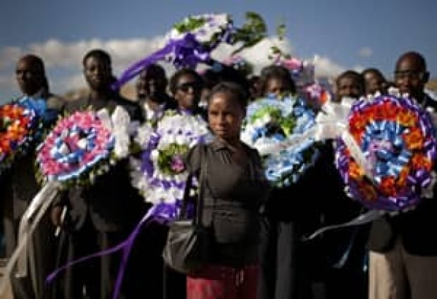 si-300-haiti-woman-wreaths-cp01933460