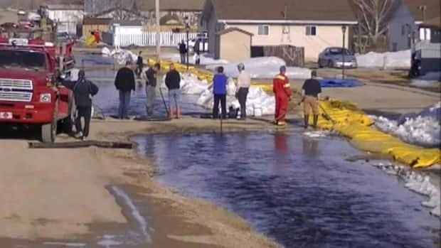 Crews in Radisson, Sask., work to protect key parts of town from flooding.