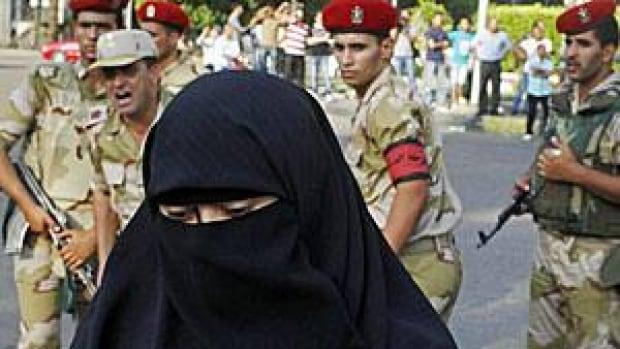 egypt-army-woman-300-rtx11c