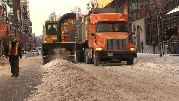 Thousands of city workers and contract employees have hit the streets of Montreal to clear the snow from main roads before Monday's rush hour.