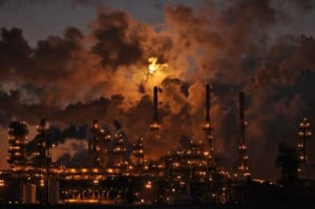 si-300-oil-refinery-edm-rtxbpa0