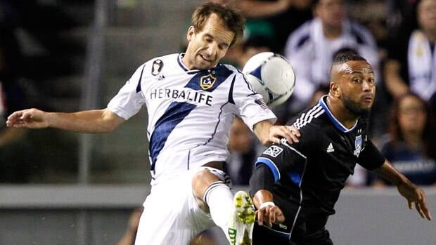 Los Angeles Galaxy forward Mike Magee, left, battles against San Jose Earthquakes defender Victor Bernardez during the first half Sunday in Carson, Calif. Alex Gallardo/Associated Press