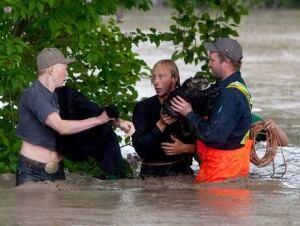fi-130621-alberta-flood-momo-cat-swim-6
