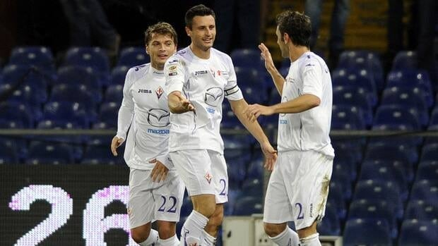 Manuel Pasqual of ACF Fiorentina, centre, celebrates his goal with teammates at Stadio Luigi Ferraris on Thursday.