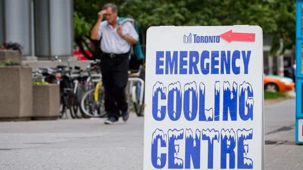 A man endures hot, humid weather in downtown Toronto near one of the city's emergency cooling centres at Metro Hall. (John Rieti/CBC)