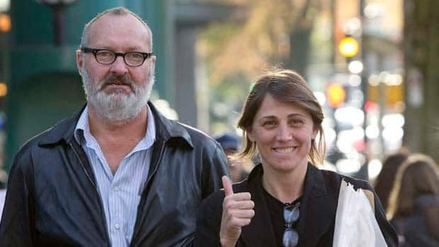 Randy and Evi Quaid walk in Vancouver in October 2010. (The Canadian Press/Jonathan Hayward)