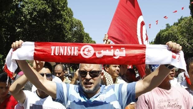 Several thousand Islamists took to the streets of Tunis on Friday to defend the Islamist Ennahda government against calls for it to resign in favour of a unity government after the assassination of politician Mohamed Brahmi.