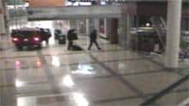 jewelry stores in columbia mall thieves smash suv into b c mall to loot jewelry stores 323