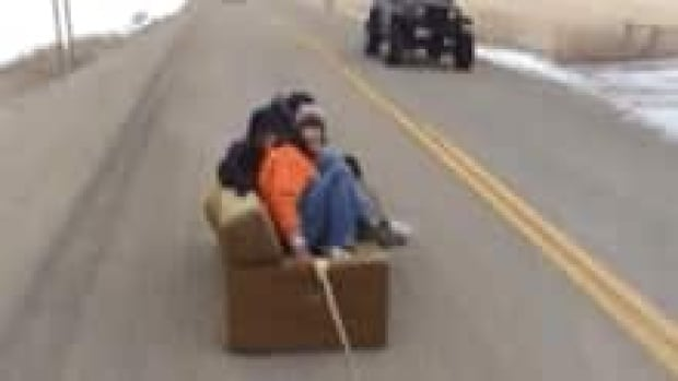 si-couch-surfing-youtube-220