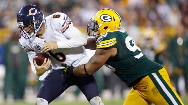 Chicago Bears quarterback Jay Cutler apologized for shoving teammate J'Marcus Webb after he was sacked against the Green Bay Packers last week.