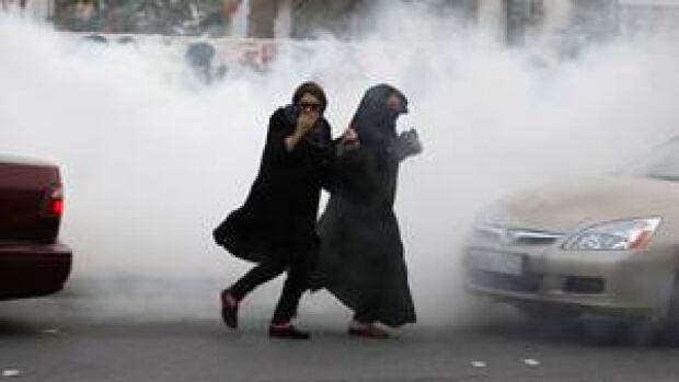 si-bahrain-tear-gas-300-rtr311di
